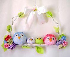 Familia de corujas no poleiro, para usar como enfeites de porta ou como móbile. Fabric Crafts, Sewing Crafts, Sewing Projects, Projects To Try, Owl Crafts, Diy And Crafts, Arts And Crafts, Owl Family, Felt Owls
