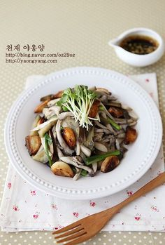 맛도 좋고 영양도 많은 버섯은 가격도 양도 참 만만해서 자주 사오는 식재료 중에 하나인데, 두 식구 볶아먹고 지져먹어도 늘 남는 것이 문제-_-; (게다가 1+1 행사라도 할 때 사오면@.@) 이럴 땐 냉장고에 있는 채소들 다 넣고 볶아서 푸짐하게 만들어 먹는 버섯갈릭샐러드! 쌀쌀한 날 따뜻하게 만드는 샐러드 중에 최고~ 재료 : 새송이버섯(2개), 맛타리버섯(1줌), 가지(1개), 마늘(10개), 쪽파(3개), 소금, 후춧가루 약간씩..