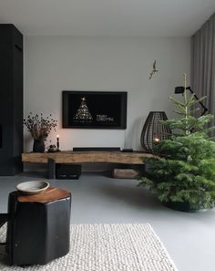 subtiele kerstversiering 😉 The decoration of our home is much like an exhibition space that reveals our tastes and design ideas and that we natural. Black Floor, Minimalist Living, Black House, Christmas Inspiration, Home And Living, Decorating Your Home, Interior Inspiration, Living Room Decor, Sweet Home