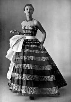 Model wearing the 'Coup de theatre' ballgown by Christian Dior, 1951 Vintage Glamour, 50s Glamour, Vintage Dior, Vintage Gowns, Vintage Couture, Vintage Mode, Christian Dior Vintage, Christian Dior Gowns, 1950s Style