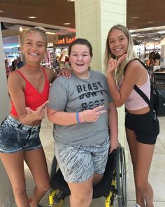 Lisa and Lena with a fan