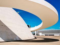 Líneas arquitectónicas simples y depuradas en el Distrito Federal de Brasilia Surfboard, Opera House, Building, Travel, Architecture, Places, Viajes, Buildings, Surfboards