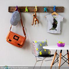 Die witzige DIY-Garderobenleiste bringt in jedem Fall gute Laune. An einem rustikalen Holzbrett wurden bunte Spielzeugfiguren befestigt, die nun als innovative Garderobenhaken…
