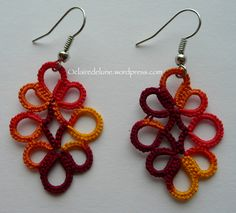 O Claire de Lune: Tatted Clover earrings by Claire Perrin - Free pattern here: http://www.georgiaseitz.com/2015/clairepcloverearring.pdf #tatting #jewelry