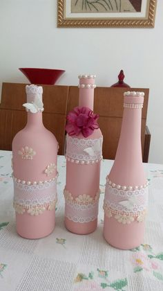 Recicle Garrafas para Decorar no Dia das Mães Crafts With Glass Jars, Recycled Glass Bottles, Glass Bottle Crafts, Wine Bottle Art, Painted Wine Bottles, Bottles And Jars, Pink Bottle, Light Crafts, Altered Bottles