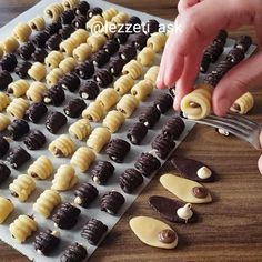 Petits Fours Petits Fours Pictures Biscuit Cookies, Yummy Cookies, Cake Cookies, Sandwich Cookies, Healthy Dessert Recipes, Baking Recipes, Cookie Recipes, Moroccan Desserts, Ramadan Sweets