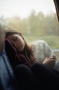 they're on a bus. it's a long trip. she falls asleep. why is she sat alone? Story Inspiration, Writing Inspiration, Character Inspiration, Foto Casual, Photo Portrait, My Sun And Stars, Foto Pose, Photos, Pictures