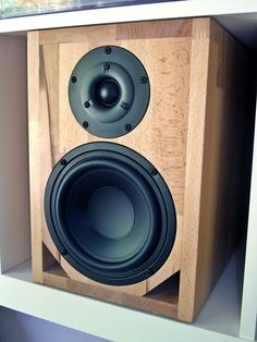 """A quick 18 by Andreas, or: The """"Quick Expedit"""" - December 2012 - Loudspeakermagazine 2012 Bluetooth Speaker Box, Monitor Speaker Stands, Speaker Plans, Small Speakers, Sound Speaker, Hifi Audio, Bluetooth Speakers, Homemade Speakers, Audio Box"""