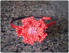 Giselle Barbosa Artesanatos: Tiara com flor de fuxico vermelha com poás brancos...