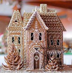 27 Beautiful Christmas Gingerbread House Ideas 26 - Weihnachten - Healt and fitness Gingerbread House Designs, Cool Gingerbread Houses, Christmas Gingerbread House, Noel Christmas, Christmas Baking, Christmas Treats, Winter Christmas, All Things Christmas, Christmas Cookies