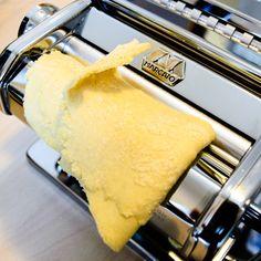 Grundrezept Pastateig - Frische Pasta selber machen! Der Teig muss zuerst mehrfach gefaltet und gewalzt werden, damit er geschmeidig und homogen wird