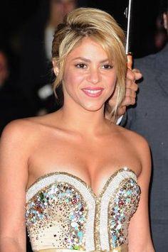 O cabelo preso e jogado para a lateral, como o de Shakira, é sofisticado e moderno. O volume no topo da cabeça é indicado para mulheres de rosto redondo e oval. A franjinha desfiada nas pontas e repicada no comprimento cria charme