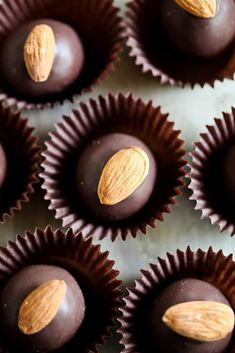 """There is nothing better than a friend, unless it is a friend with chocolate"" - Linda Grayson I Love Chocolate, Chocolate Shop, Chocolate Truffles, Chocolate Lovers, Chocolate Brownies, Fudge, Blueberries, Candy Recipes, Dessert Recipes"