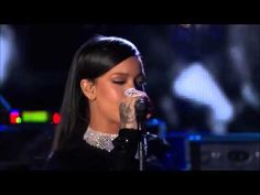 Rihanna - Diamonds Live at The Concert For Valor 2014 Eminem Rihanna, Rihanna Concert, Diamond Songs, Rihanna Diamonds, Types Of Music, Nicki Minaj, Music Artists, Good Music, Rapper