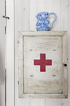 Old-Fashioned Medicine Cabinet This eclectic farmhouse's bathroom came with a wooden Red Cross medicine chest. Bold Wallpaper, Pattern Wallpaper, Vintage Medicine Cabinets, Bathroom Decor Pictures, Bathroom Stuff, Bathroom Ideas, Home And Deco, Red Cross, Beautiful Bathrooms