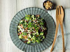 Brokkolisalat med bacon, rødløk og granateple Dinner Salads, Frisk, Side Salad, Bacon, Tapas, Lunch Box, Eat, Ethnic Recipes, Kitchen