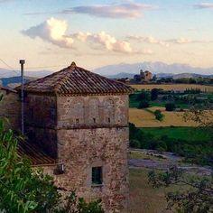 La torre de defensa de la casa del Grau i al fons la muntanya de Montserrat. Al mig, l'ermita de Sant Sebastià. Prats de Lluçanès/Lluçà, dijous, 16/6/2016, a última hora de la tarda. #pratsdelluçanès #lluçà #lluçanès #natura #nature #paisatge #montserrat