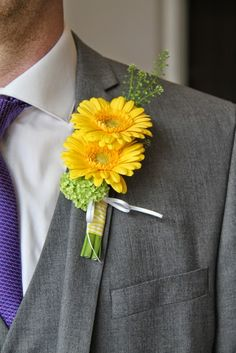 double for groom but with gyp and curled green grass Wedding Table Flowers, Bridal Flowers, Flower Bouquet Wedding, Floral Wedding, Pink Flowers, Wedding Body, Dream Wedding, Daisy Boutonniere, Gerbera Daisy Wedding