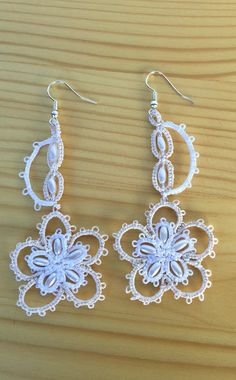 Tatting earrings, pure cotton, in two colors, with beads in rice grain.