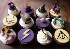 Harry Potter cupcakes-- I shall attempt once I am more comfortable with fondant. Harry Potter Cupcakes, Bolo Harry Potter, Gateau Harry Potter, Harry Potter Fiesta, Harry Potter Birthday Cake, Harry Potter Food, Harry Potter Wedding, Harry Potter Theme, Harry Potter Cake Decorations