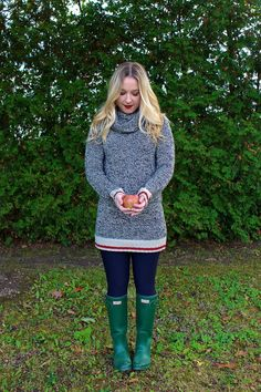Apple Picking | Roots Cabin Sweater | Hunter Boots Outfit | Ontario, Canada | Fall Style MyRoaringTwenties.com
