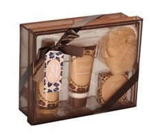 Luxusná kúpeľná darčeková súprava s jemnou vanilkovou vôňou. Sada obsahuje sprchový gél, ošetrujúce telové mlieko, mydlo a špongiu. Darčeková súprava je pekne zabalená do darčekovej krabice so stuhou. Kvalitná kúpeľná súprava s príjemnou vôňou obohatí každý Váš kúpeľ a poteší svojimi účinkami a originalitou dizajnu v ktorom je zabalená. Atraktívny darček, ktorý urobí radosť každému a za každých okolností!