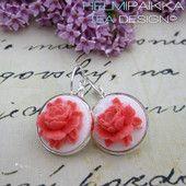 Korallinväriset ruusut valkoisella pohjalla 16€  #ruusucamee #vanhanaikainenkoru #vintage #roses #helmipaikka