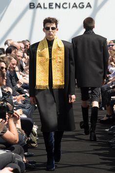 See the complete Balenciaga Spring 2017 Menswear collection.