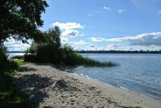 Naturcamping Zwei Seen verfügt über insgesamt 450 großzügige Wiesenstellplätze für Kurzzeitcamper mit Zelt, Caravan, Wohnmobil oder Campingbus auf einer 14 Hektar großen, teils hügeligen und teils bewaldeten Halbinsel direkt am Plauer See.