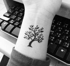 ein kleiner niedlicher Baum des Lebens Tattoo ganz stilecht am Handgelenk