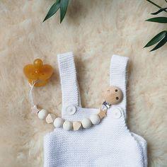 """Avec ce joli tuto de la blogueuse Minireyve, on a tout de suite l'air d'""""une chanson douce"""" en tête ! Cette adorable attache-tétine en bois est tout simple à réaliser et sera un parfait cadeau de naissance fait main !"""