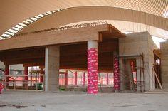 Travatura portante a travi abbinate in legno lamellare a realizzazione solaio CNP in legno-cemento e struttura secondaria con pannellatura maschiata in travatura GLT. Luce tra gli appoggi 20 mt.