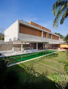 House 6 / Marcio Kogan  Radomysler, Mariana Simas  Landscape Architect: Renata Tilli  Site Area: 890 sqm  Built Area: 995 sqm  Project Year: 2009-2010  Photographs & Video: Pedro Kok