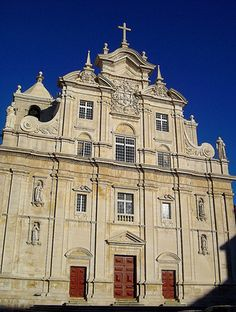 Architecturally speaking the facade of the New Coimbra Cathedral has two parts: the lower part follows a remarkably Mannerist style that carries four statues of Jesuit saints and the Baroque decoration of the upper part has arms of the nation and two saints. This part was only finished in the 18th century.