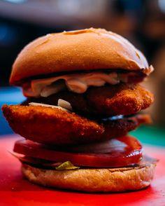 - Βάλτε ένα χεράκι  Πεινάμε! - Έφτασεεεε. Hamburger, Ethnic Recipes, Food, Essen, Burgers, Meals, Yemek, Eten