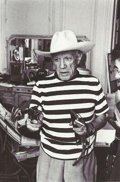 René Burri- Pablo Picasso jouant au cow-boy avec le pistolet et le chapeau offerts par Gary Cooper, Villa La Californie, Cannes, 1957