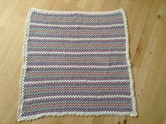 Projekt 1: Hæklet tæppe med muslingekant.  Vejledning/mønster er fra garngrammatik.dk, Granny stripes.