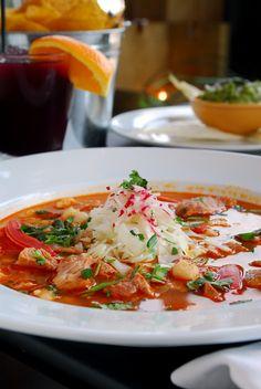 Este pozole rojo te encantará, es el tradicional pozole rojo acompañado de carne y todos los ingredientes que componen al pozole.