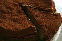Om januari leuk af te sluiten dacht ik aan iets zoets. (Er volgt nog wel een kleine receptje a.s. vrijdag, maar dat terzijde). Niet zomaar een taart, maar eentje waarvan je je afvraagt hoe die zal smaken. Nigela Lawson is een echte levensgenieter en toen ik deze chocolade & pindakaas