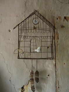 Bill Giyaman posted wire bird cage/cuckoo clock to their -birds- postboard via the Juxtapost bookmarklet. Diy Upcycling, Bird Cages, Bird Nests, Chicken Wire, Wire Crafts, Wire Art, Little Houses, Bird Houses, Metal Art