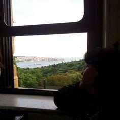 Bazen; ruhun takılı kalır, bir pencere kuytusunda... #istanbul. #hüzün #boğaziçi #huzur #anılar #geçmişzamanolurki #aşk-ıistanbul #pencere