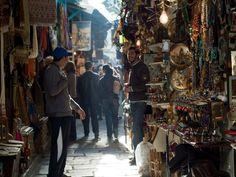 De Medina is een wijk die je in verschillende steden zal vinden. Dankzij de doolhof-achtige maar schone straatjes en steegjes met muren en deuren in pasteltinten geschilderd, ervaar je hier de betoverende 'duizend-en-een-nacht' sfeer.