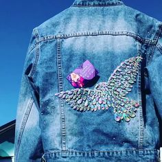 Embellished denim jacket - ‪Check out this fun option to make your outfit pop – embellished style! Get the look at slay network Source by christinawalten - Denim And Lace, Ropa Upcycling, Denim Kunst, Denim Jacket Embroidery, Custom Denim Jackets, Denim Art, Diy Clothes Videos, Embellished Jeans, Denim Fashion