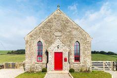 WAUW. Deze omgebouwde kapel is het gaafste vakantiehuis ooit! - Roomed | roomed.nl