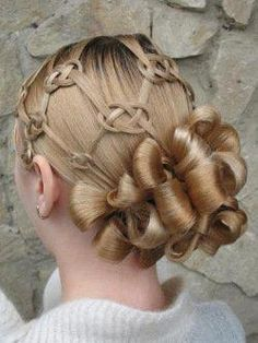 Pretty Celtic knots braided on the hair!