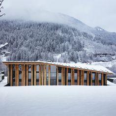 Kengo Kuma installe au pied de l'un des sommets du Mont Blanc une architecture enveloppée de bois. L'objectif était d'intégrer aussi naturellement que possible le projet dans le paysage montagneux du village des Houches. ...