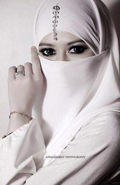 She has stunning eyes. Plus a lovely white hijab for a Muslim wedding. Beautiful Hijab Girl, Beautiful Muslim Women, Beautiful Eyes, Arabian Women, Foto Poster, Hijab Niqab, Beauty And Fashion, Islamic Fashion, Girl Hijab