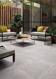 The ideas of the terrace tiles are not missing. Discover three examples of tiled terraces and installation tips for top outdoor areas! Terrace Tiles, Terrace Floor, Patio Tiles, Patio Wall, Terrasse Design, Exterior Tiles, Balcony Flooring, Small Courtyard Gardens, Small Balcony Decor