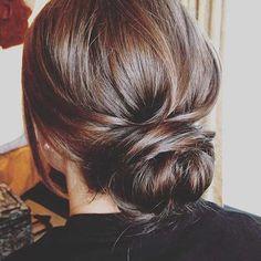 Unordentliches niedriges Brötchen-Haar-Hochsteckfrisur