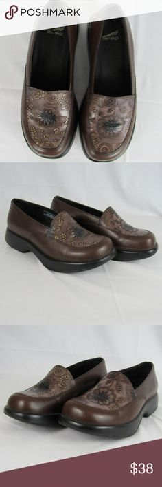 Dansko mandolin brown leather professional clogs Made in Brazil. Size EU40. Dansko's flagship closed back clog built for quality & comfort. From their site, they feature their famous high toe box; an anatomically contoured footbed; a slightly raised heel for improved posture and circulation; and a patented rocker bottom for enhanced movement. I consider them to be in really good preowned condition - slight creasing on the leather upper and slight signs of wear to the outsole. Plz zoom in…